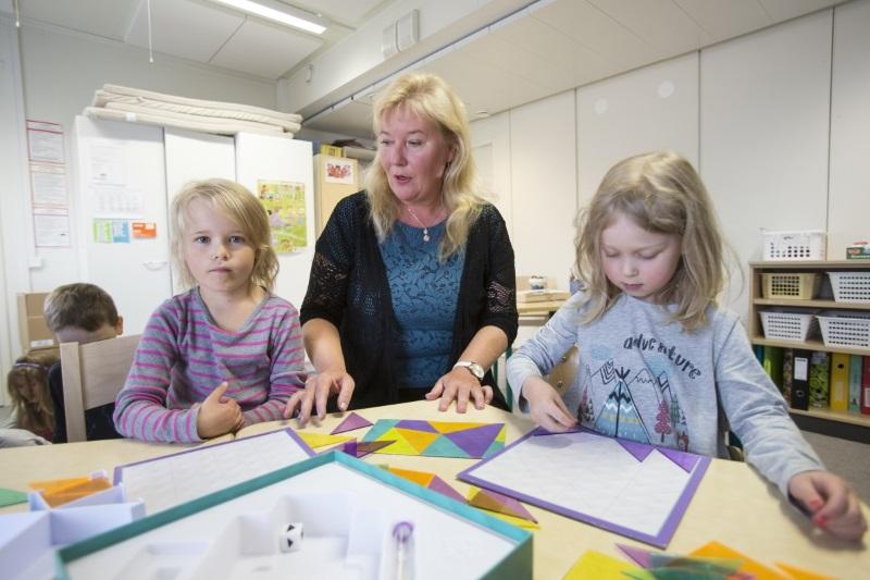 Kulleron päiväkoti Rovaniemen Sinetässä sai Makuaakkoset-diplomin ruokailun kehittämisestä. Inari (vas), lastentarhanopettaja Satu Törmänen ja Jade (oik)