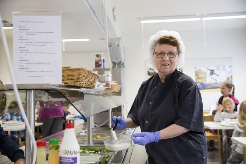 Kulleron päiväkoti Rovaniemen Sinetässä sai Makuaakkoset-diplomin ruokailun kehittämisestä. Ruokapalvelutyöntekijä Pirjo Lilja.