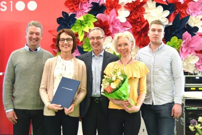 Ammattikeittiöosaajat ry:n puolesta palkinnon vastaanottivat toiminnanjohtaja Marjut Huhtala ja projektikoordinaattori Päivi Jämsén.
