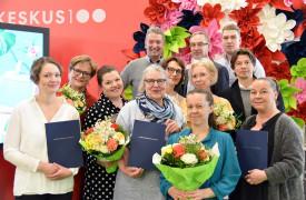 Kuvassa etualalla palkintojen saajat ja ylärivissä palkintojen luovuttajat eli Jaakko Kolmosen rahaston asiamies Petri Kolmonen (vasemmalla) joukkoineen.