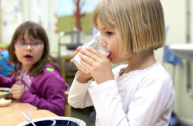 Lapset syövät enemmän kasviksia ja saavat enemmän kuitua päiväkodeissa, joissa on paljon ruokailuun liittyviä kirjallisia sääntöjä. Kuva: Mirja Koivisto / Tarinakuva